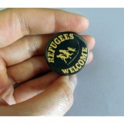 Refugees Welcome pin badge button chapa